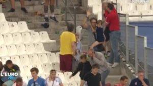 Un uomo alza il braccio in segno di resa: è la foto più toccante degli scontri al Velodrome