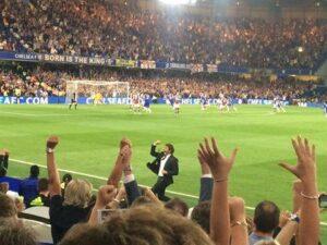 Conte esulta insieme ai tifosi Blues