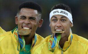 gabriel-jesus-neymar-con-sus-medallas-oro-entre-sus-dientes-1471739307456-640x398