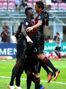 MILAN-TORINO 3-0 / Bacca festeggiato dai compagni