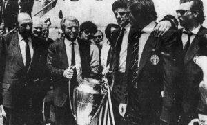 Trapattoni e la coppa vinta da allenatore della Juventus