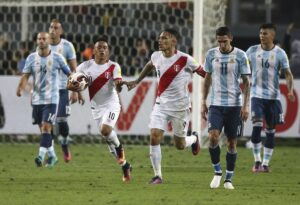 Cueva e Guerrero festeggiano il 2-2