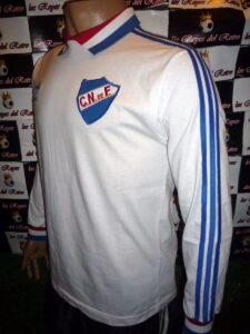 La maglia del Nacional della Coppa Intercontinentale 1980. I colori bianco, blu e rosso sono i colori nazionali dell'Uruguay.