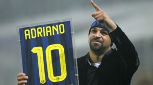 Adriano saluta la Curva interista