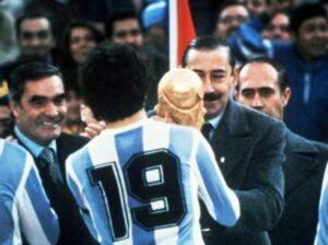 Locos Por El Fútbol: una pelota che rotola